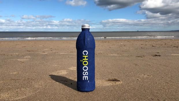 A garrafa Choose Water não tem plástico e se decompõe em três semanas (Foto: Divulgação)