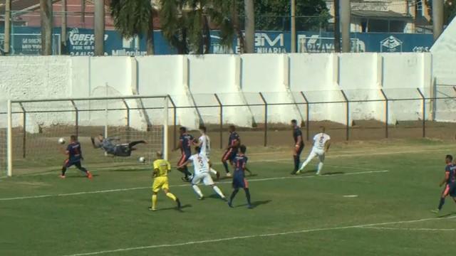 Tiago Silva acertou a trave do Azulão no primeiro tempo