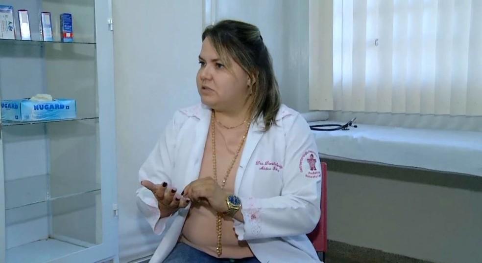 """A pediatra Daniela Oliveira e Souza explica que não há medicamento específico para a síndrome: """"Vamos tratar os sintomas"""" — Foto: TV TEM/Reprodução"""