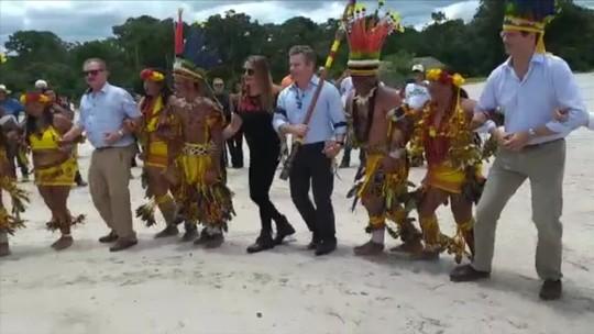 Ministros e governador de MT dançam com índios durante encontro sobre agricultura em terras indígenas; veja vídeo
