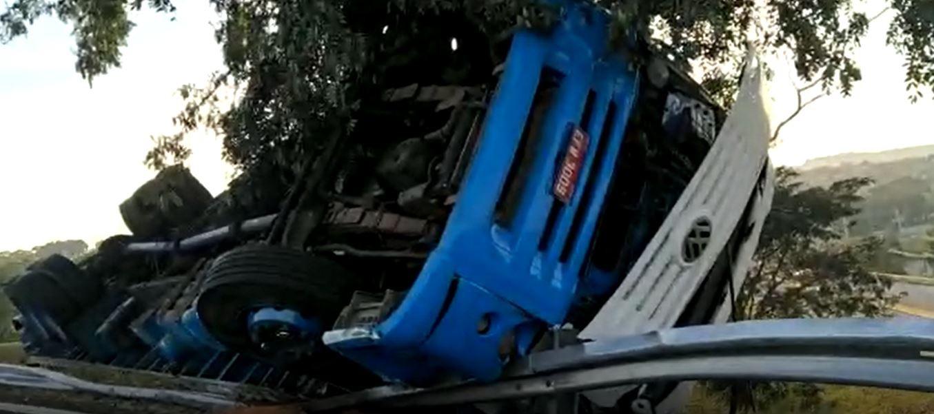 Caminhão com oito toneladas de bobinas de papel tomba em rodovia de Jaguariúna, SP