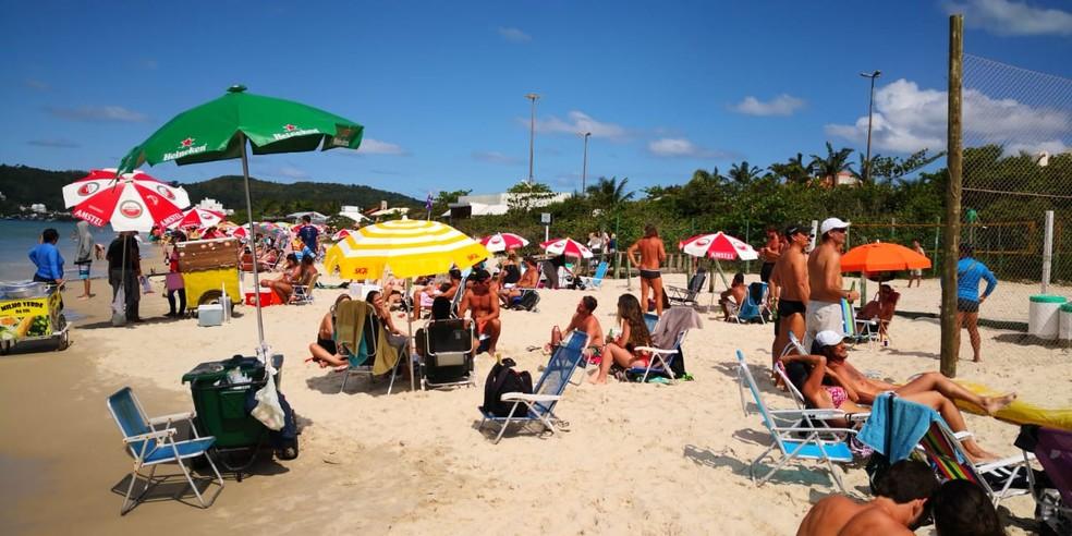Apesar do decreto, banhistas foram flagrados na praia de Jurerê — Foto: Thomas Braga/ NSC TV