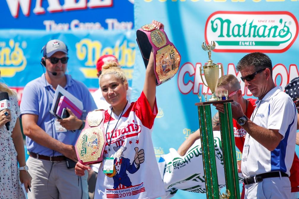 Miki Sudo recebe cinturão de campeã em concurso de quem come mais cachorros-quentes — Foto: Eduardo Munoz/Reuters