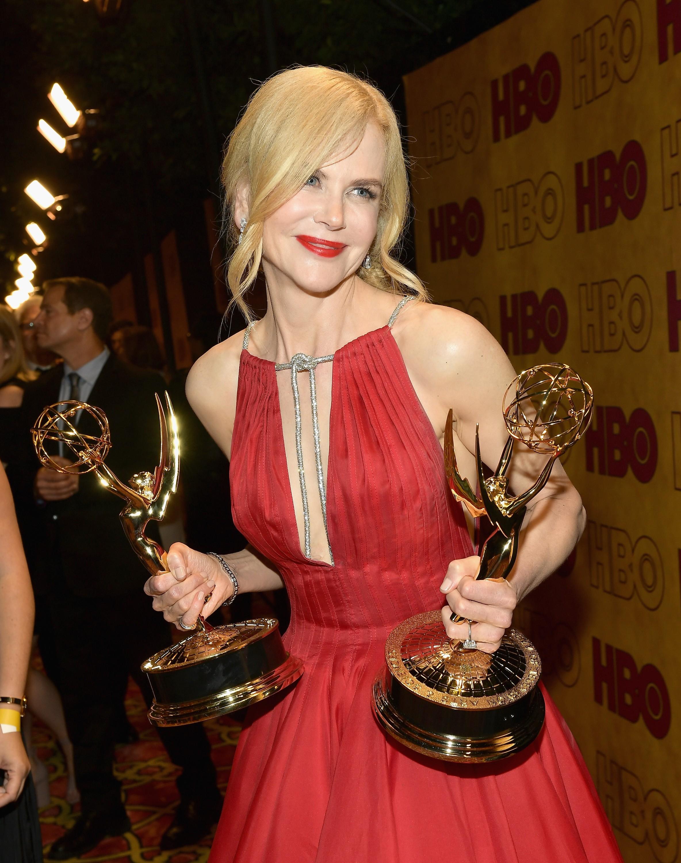 A atriz Nicole Kidman com os dois Emmys vencidos por ela em 2017 (Foto: Getty Images)