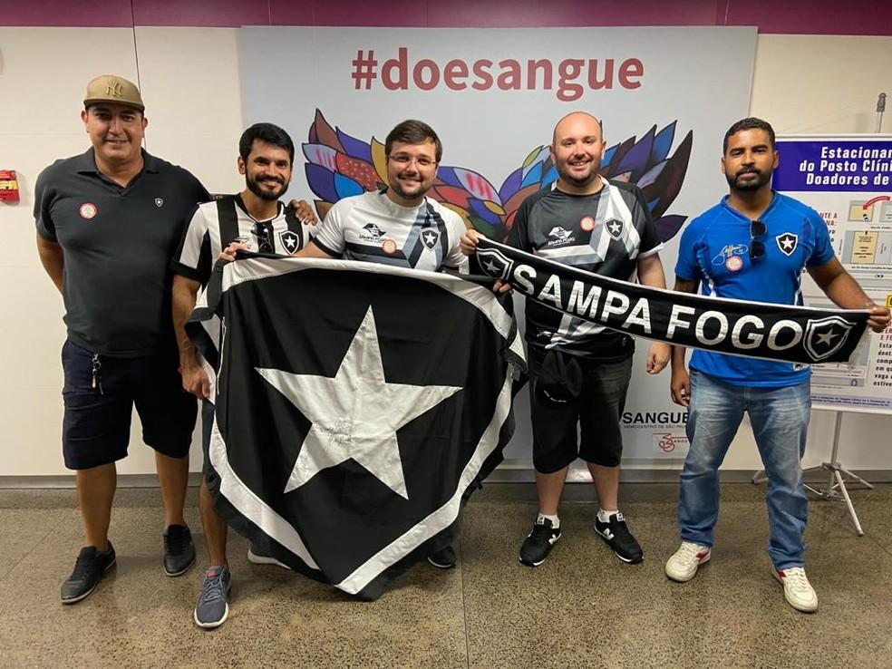 Carlos, segundo da direita para a esquerda, é o organizador do Estrela Solidária — Foto: Divulgação