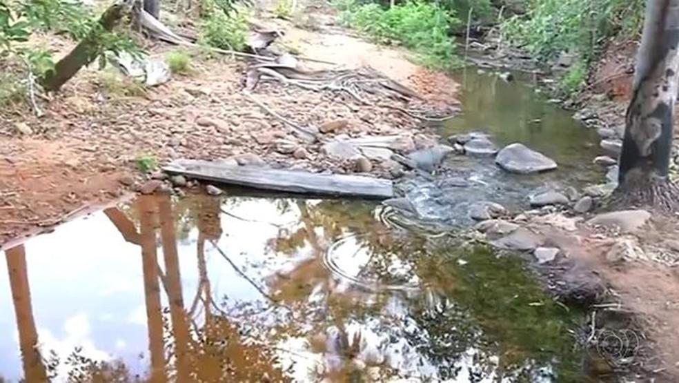 Riacho onde menino desapareceu (Foto: Reprodução/TV Anhanguera)
