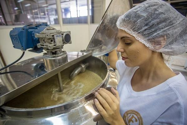 Mariana Boynard, da cervejaria Esplêndido, durante brassagem na Firjan/Senai