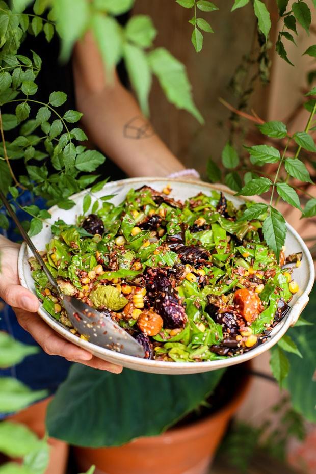 Salada de raízes com arroz vermelho: receita nutritiva para o verão (Foto: Simplesmente)
