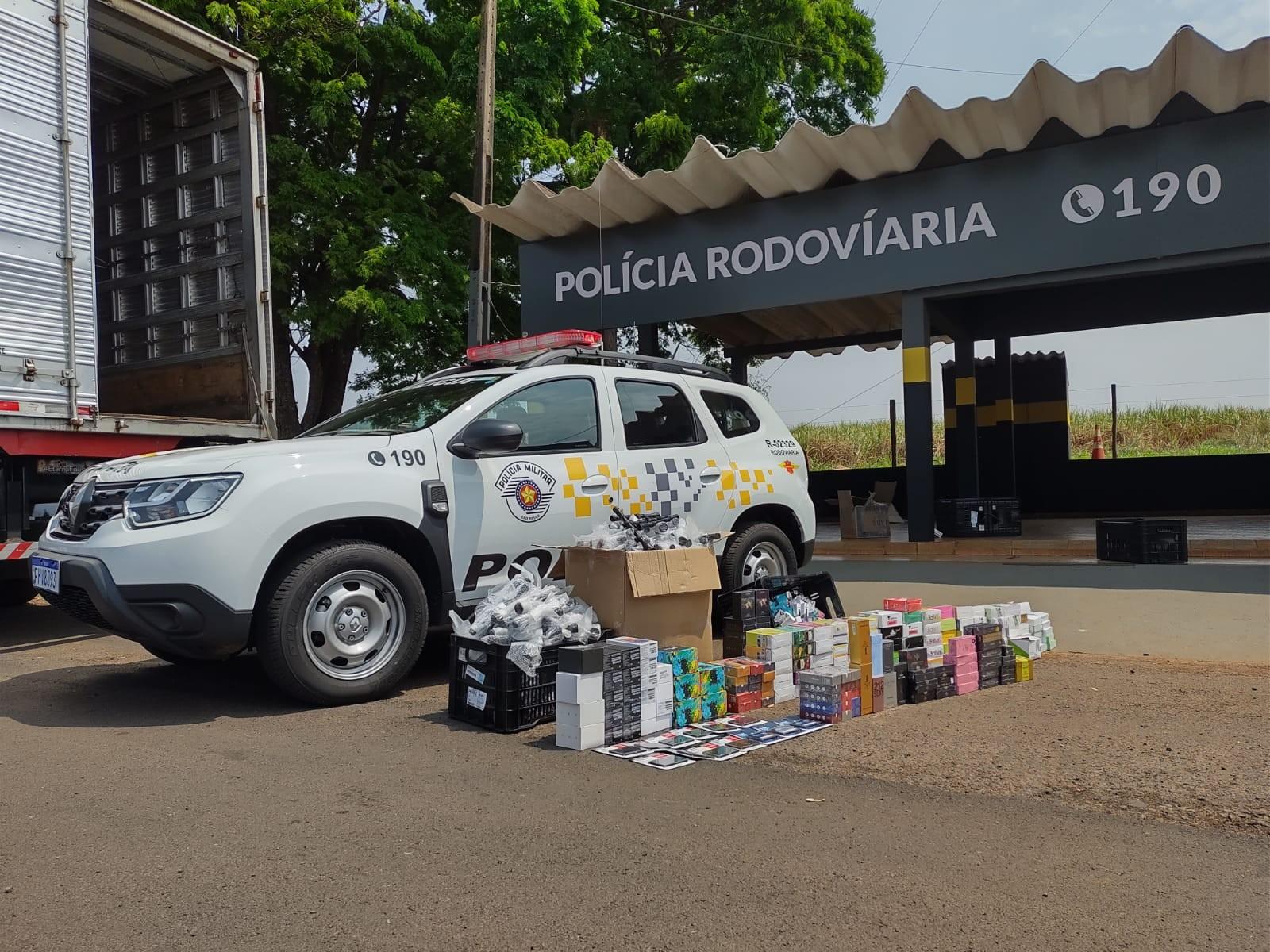 Caminhoneiro é flagrado com carga de cigarros eletrônicos e outros produtos contrabandeados do Paraguai
