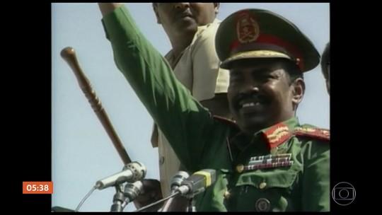 Presidente do Sudão deixa o cargo sob pressão dos militares, dizem agências de notícias