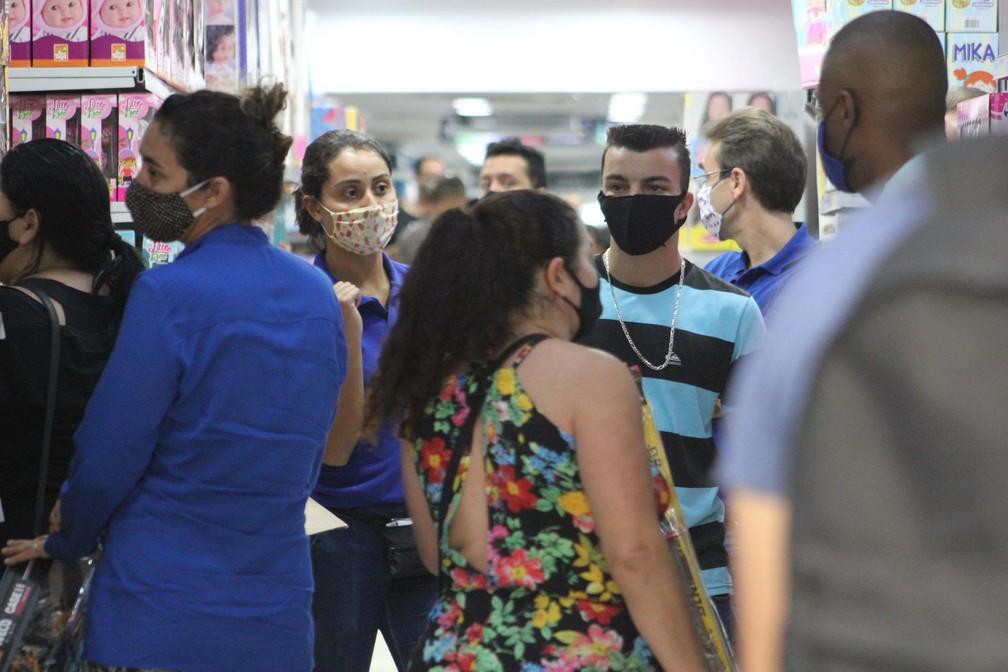 Movimentação na Rua 25 de Março em São Paulo (SP), nesta quarta-feira (10), primeiro dia de reabertura do comércio de rua — Foto: Willian Moreira/Futura Press/Estadão Conteúdo
