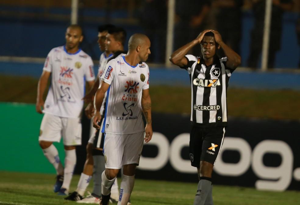 Time saiu do 4-3-3 para o 5-2-3 contra a Aparecidense (Foto: André Costa/Estadão Conteúdo)