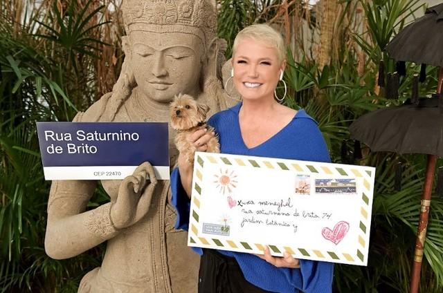 Xuxa segura carta com o endereço em que apresentava programas na Globo do Jardim Botânico (Foto: Divulgação)
