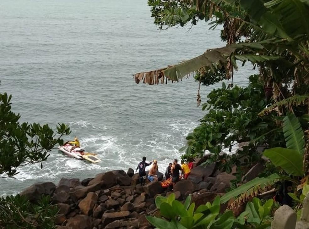 Grávida morre e marido fica ferido após caírem de um deck de 10 metros em São Sebastião, SP — Foto: Corpo de Bombeiros/Divulgação