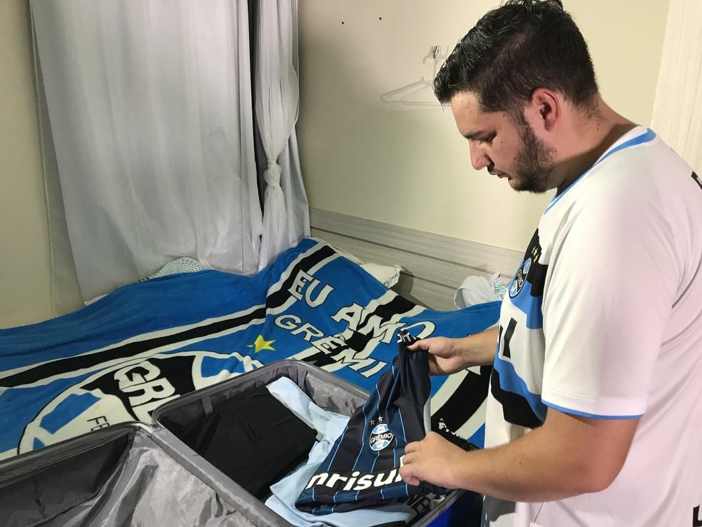 Torcedor arrumando as malas para encarar aventura pelo Grêmio (Foto: Lucas Barros/GloboEsporte.com)