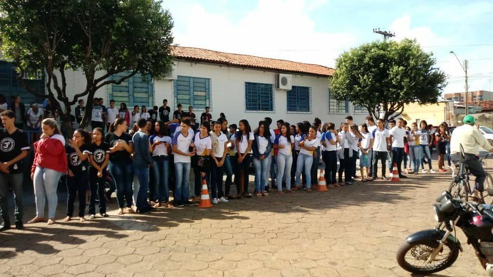Estudantes ficam na porta de escola para aplaudir e fazer orações durante cortejo (Foto: Mariano Soares/Divulgação)
