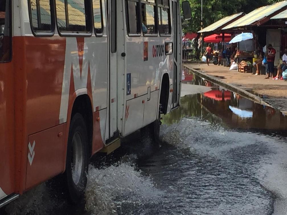 Ônibus passa por rua alagada pela cheia do Rio Negro no Centro de Manaus — Foto: Leandro Guedes/Rede Amazônica