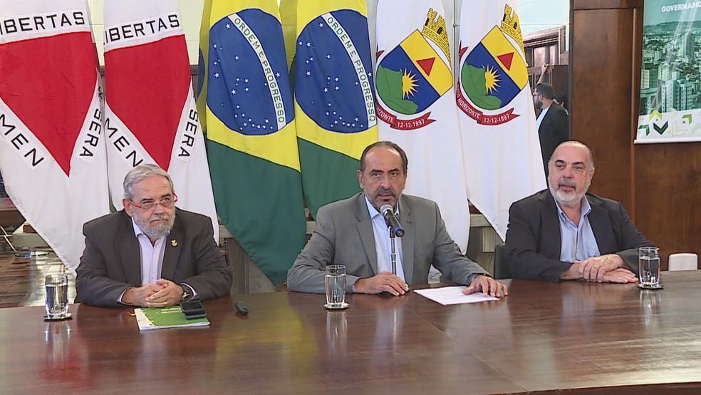 O prefeito Alexandre Kalil e os secretários Jackson Machado Pinto e Fuad Noman — Foto: Reprodução/TV Globo