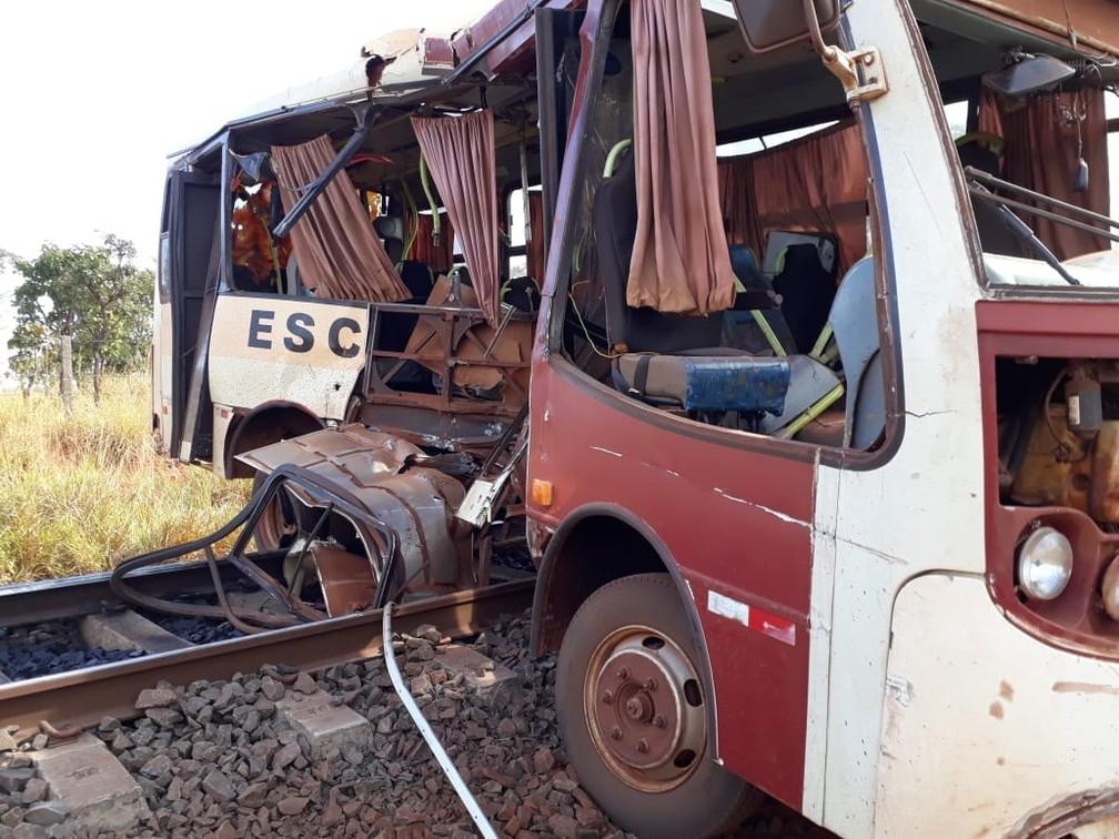 Ônibus ficou destruído com o impacto do trem em MS (Foto: Rede Social)