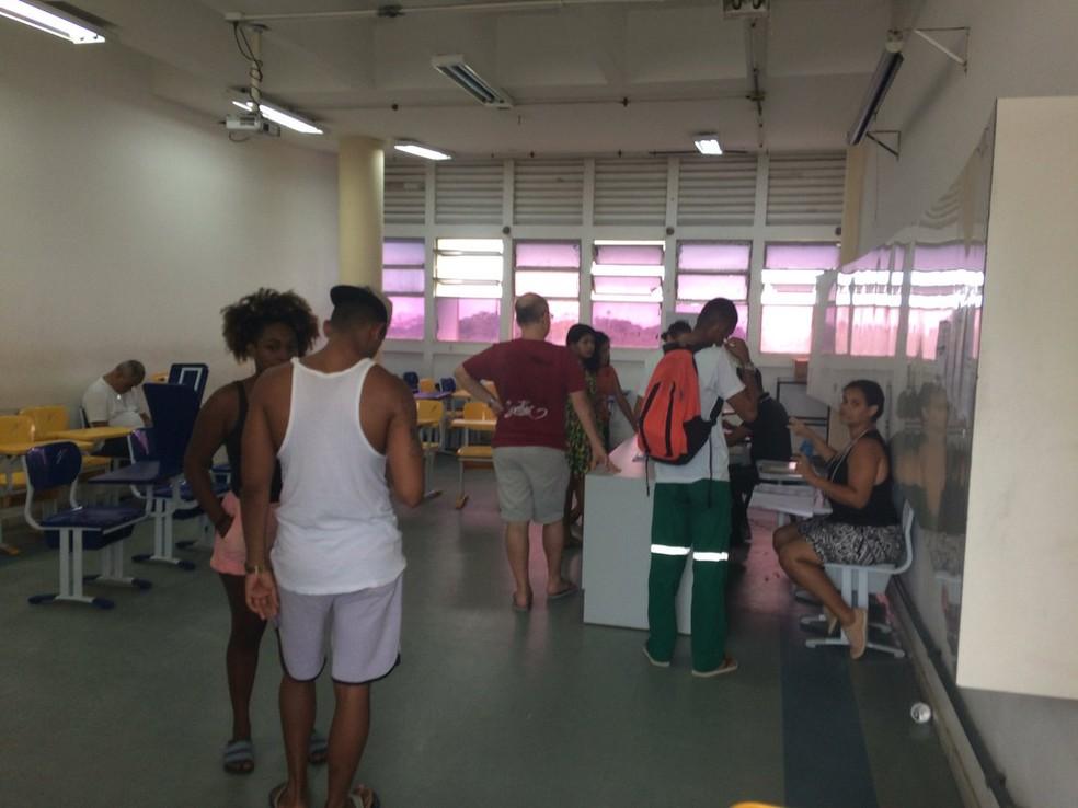 Eleitor deve levar a própria caneta para assinar ficha e idosos terão prioridade nas primeiras 3 horas de votação — Foto: Alan Alves/ G1