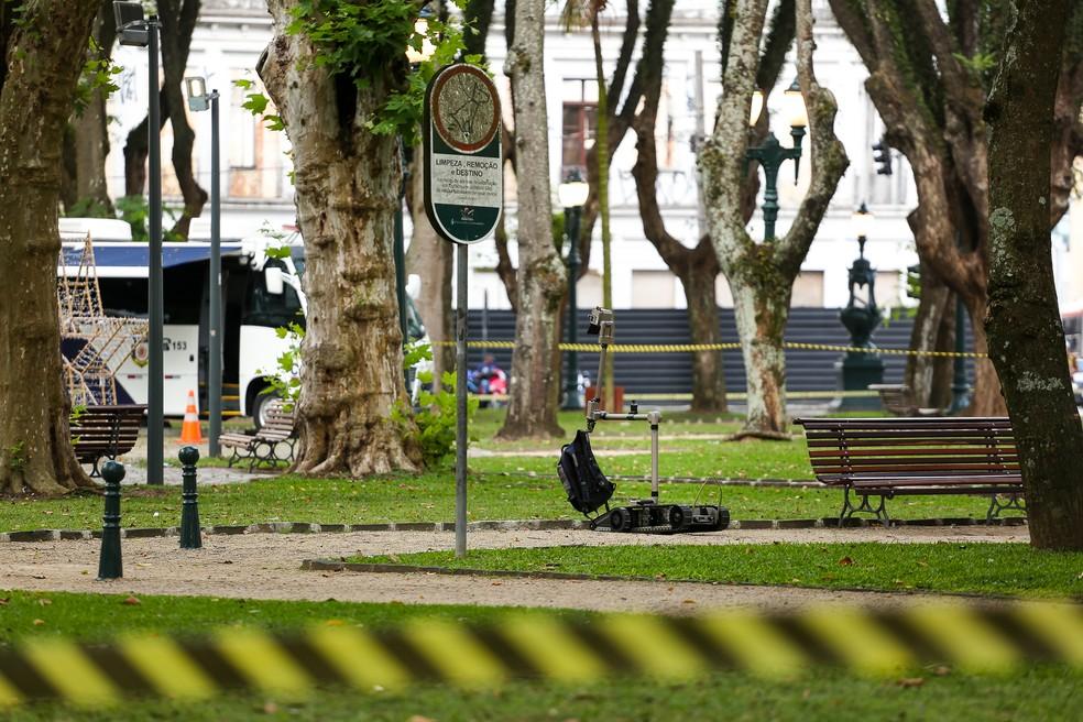 Objeto suspeito era uma mochila abandonada em cima de um banco da praça — Foto: Rodrigo Fonseca