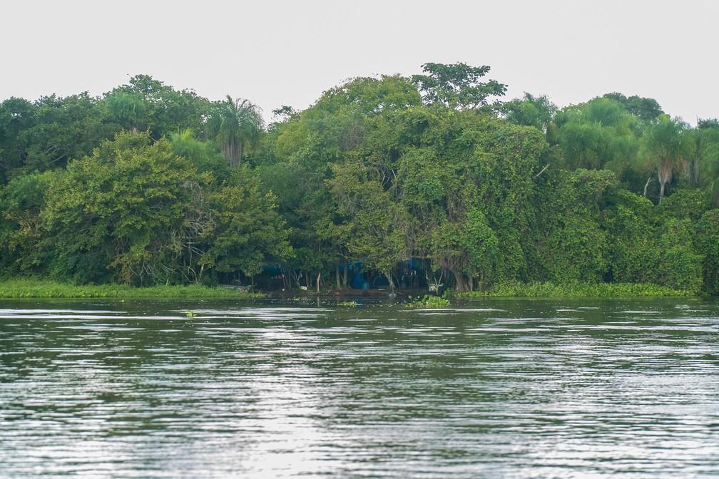 Acampamento de pescadores às margens do Rio Paraguai, no Pantanal matogrossense — Foto: Eduardo Palacio/G1