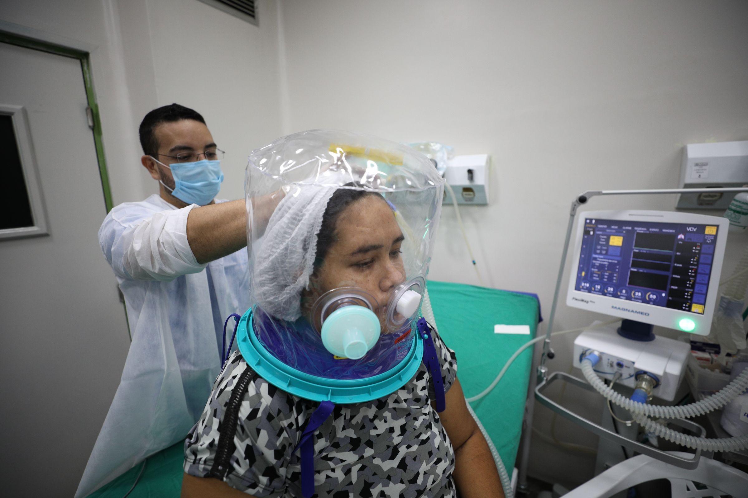 Capacete elmo é usado em pacientes com Covid-19 em hospitais de Manaus