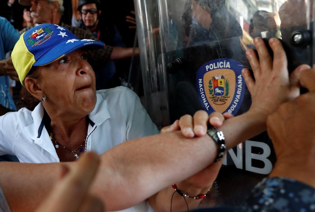 Manifestantes e policiais se empurram em manifestação contra Maduro na Venezuela  — Foto: Carlos Garcia Rawlins/Reuters
