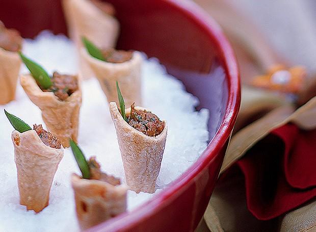Cones folhados recheados de caviar de berinjela  (Foto: Rogério Voltan/Editora Globo)