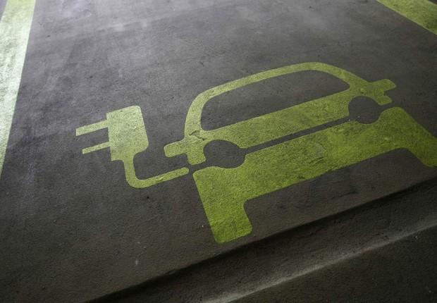 Vaga para abastecimento de carro elétrico ; carros elétricos ; veículos sustentáveis ;  (Foto: Dreamstime)