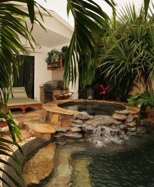 O fundo escuro completa o tom natural à piscina, enquanto as pedras e as árvores são mais que essenciais para o clima de relaxamento (Foto: Pinterest/ Reprodução)