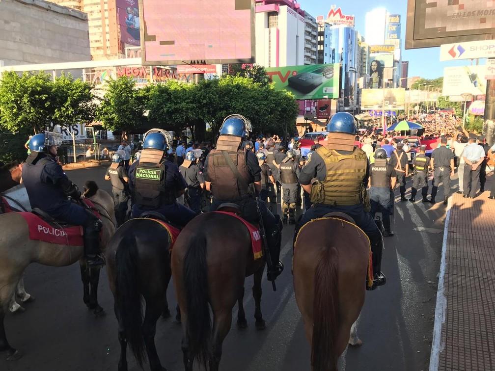 Por conta do protesto, a segurança em alguns pontos da cidade foi reforçada desde o início da manhã desta quinta (7) — Foto: Marcos Landin/RPC