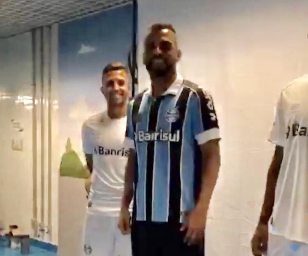 5fffd9fccc895 Em transmissão ao vivo, Juninho Capixaba vaza nova camisa do Grêmio ...