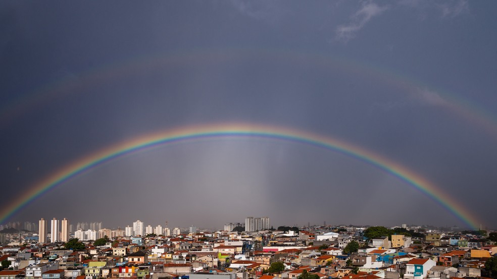 Após forte chuva, arco-íris é visto sobre a zona leste da capital de São Paulo nesta terça-feira (30). — Foto: Ettore Chiereguini/Agif Agência De Fotografia/Estadão Conteúdo
