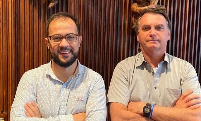 O servidor do Ministério da Saúde Luís Ricardo Miranda, que irá depôr à CPI da Covid na próxima sexta (25), posa para foto ao lado do presidente Jair Bolsonaro