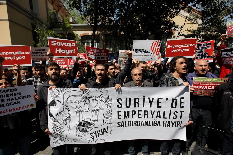 Protesto contra os ataques à Síria em frente ao consulado francês em Istambul, na Turquia  (Foto: Kemal Aslan/Reuters )