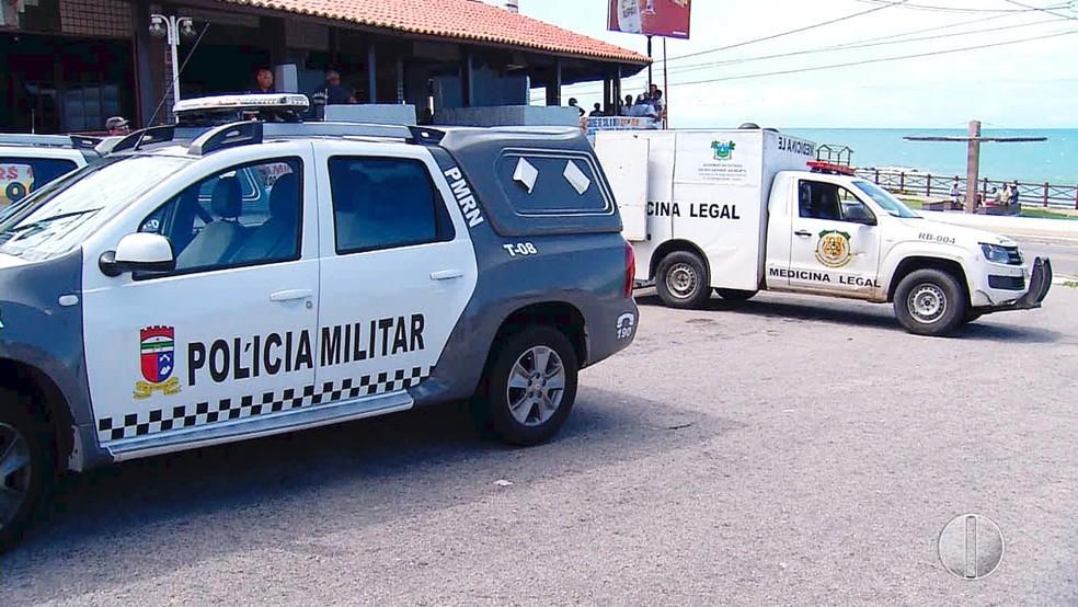 Movimentação policial foi intensa neste domingo na praia de Areia Preta (Foto: Inter TV Cabugi/Reprodução)