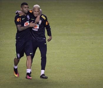 Gabriel Gabigol e Neymar se abraçam no treino da seleção brasileira em Quito (Foto: Pedro Martins/MoWa Press)