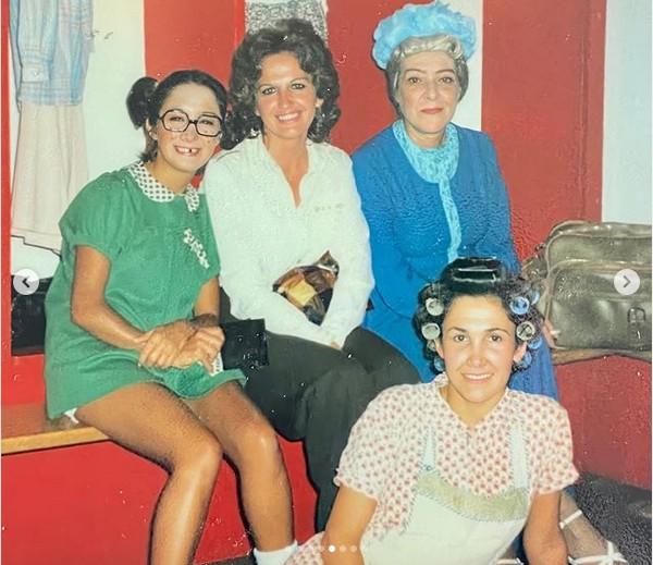 Gache Rivera com María Antonieta de las Nieves (Chiquinha), Florinda Meza (Dona Florinda) e Angelines Fernández (Dona Clotilde) nos bastidores de um espetáculo do elenco de Chaves na Venezuela no fim dos anos 70 (Foto: Instagram)