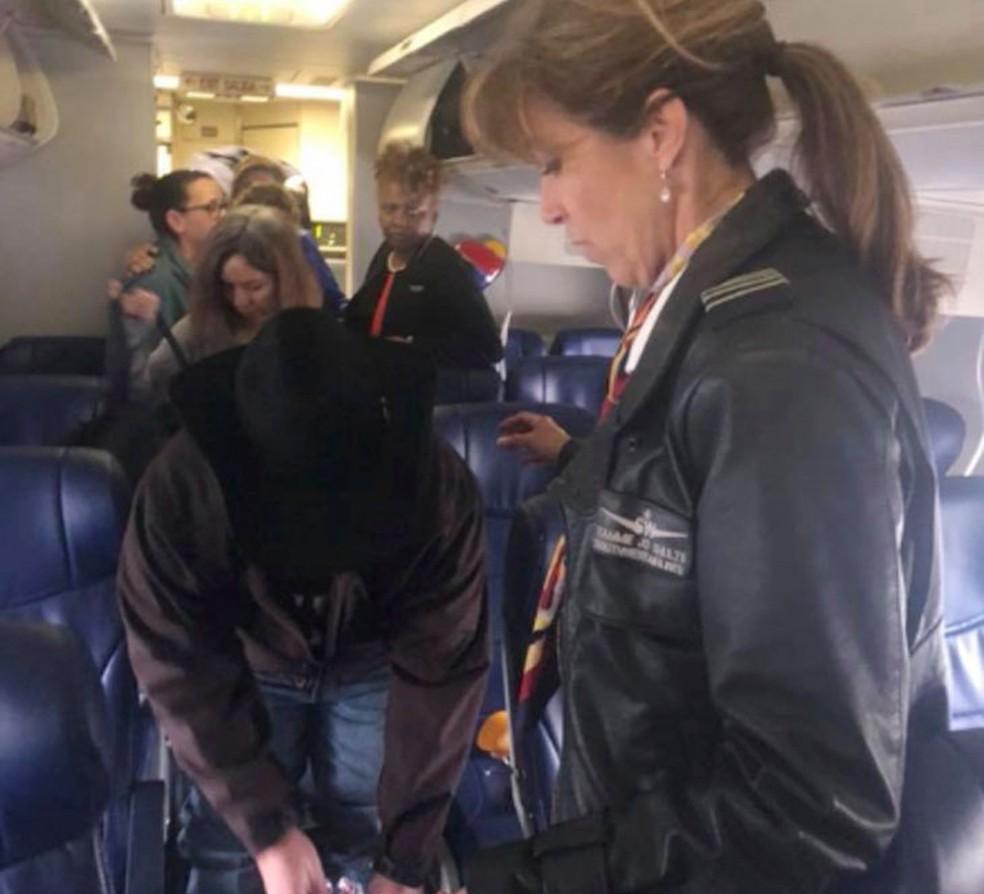 Tammie Jo Shults conversa com passageiros do voo 1380 após pousar o avião da Southwest Airlines em Filadélfia, na terça-feira (17) (Foto: Diana McBride Self via AP)