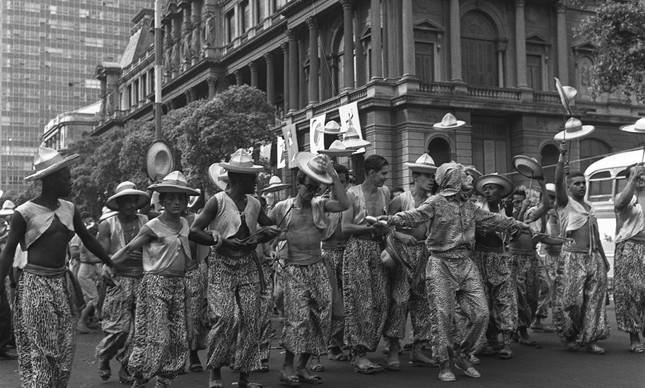 Foliões fantasiados na Avenida Rio Branco, no Centro, em março de 1957