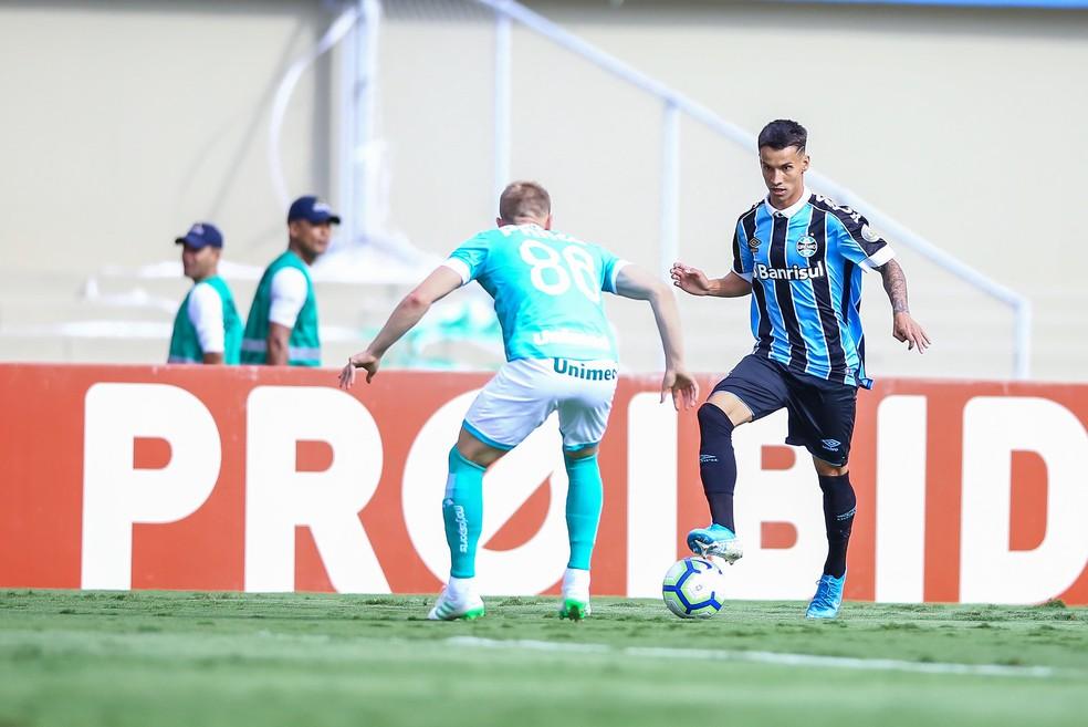 Ferreira vai para cima da marcação — Foto: Lucas Uebel/Divulgação Grêmio