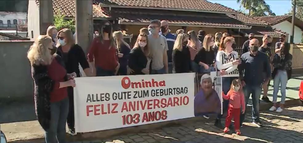 Familiares fazem carreata para celebrar os 103 anos de moradora de Joinville — Foto: Reprodução/NSC TV