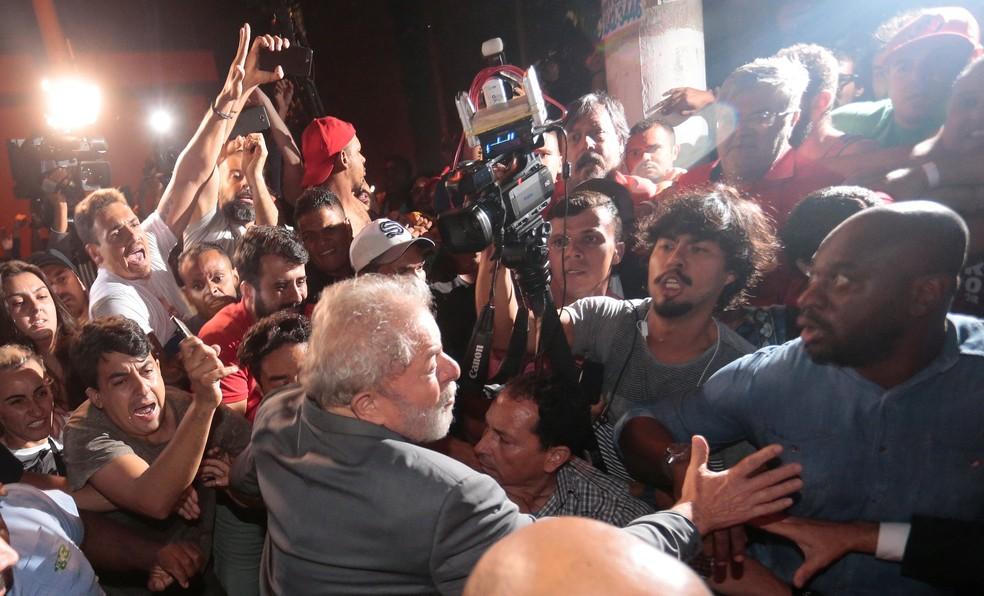 Lula saiu a pé do Sindicato dos Metalúrgicos do ABC e seguranças tiveram que conter militantes (Foto: Leonardo Benassatto/Reuters)