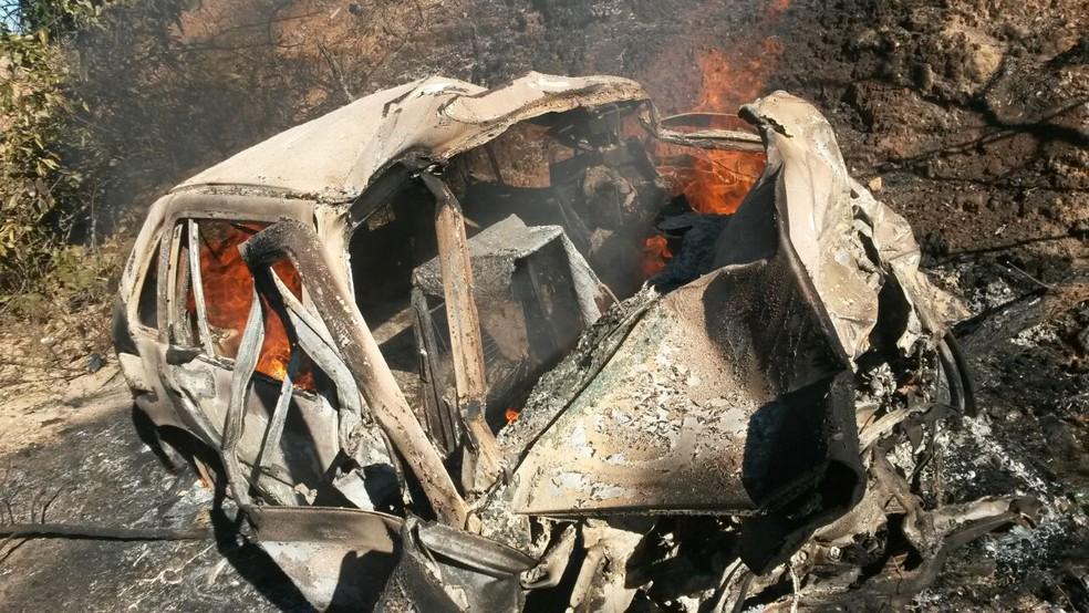 Carros caíram em uma ribanceira e um deles pegou epgo (Foto: Samu/Divulgação)