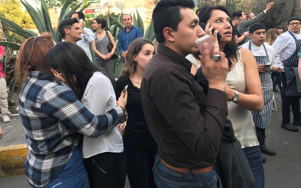Pessoas são vistas na rua após abandonarem prédios depois de terremoto na Cidade do México, na sexta-feira (16) (Foto: Reuters/Claudia Daut)