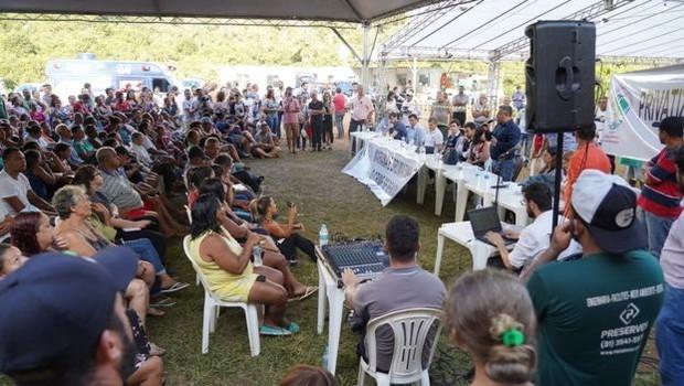 Em reunião, moradores pediram que a Vale assumisse dívidas de financiamento relativas a plantações destruídas, além de uma ajuda de custo mensal (Foto: CLAIRE PRESS/BBC NEWS)
