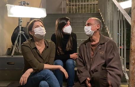 A protagonista Deborah Bloch, a diretora Joana Jabace e o ator Ângelo Antonio em 'Segunda chamada'  Glauco Firpo