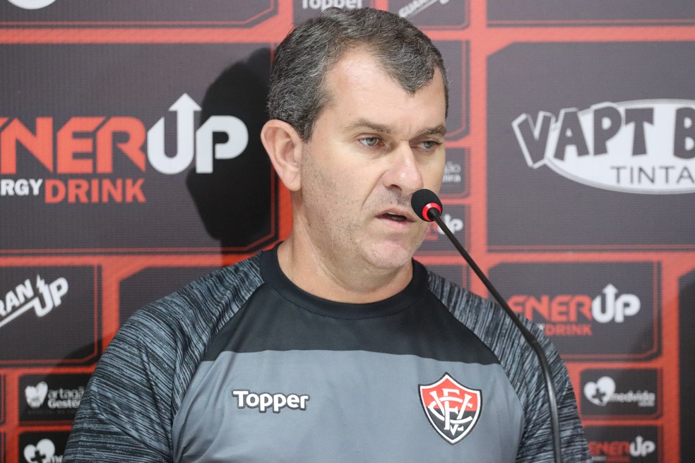 Claudio Tencati admitiu que alguns não tinham condição de continuar no Vitória; treinador também não tem permanência garantida — Foto: Maurícia da Matta/Divulgação/EC Vitória