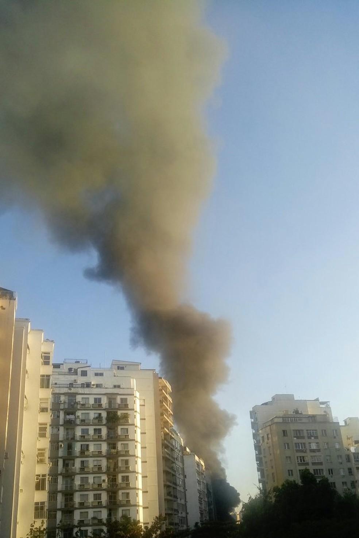 Fumaça pode ser vista por quem passava pelos bairros do Flamengo e Botafogo — Foto: Reprodução/Redes sociais